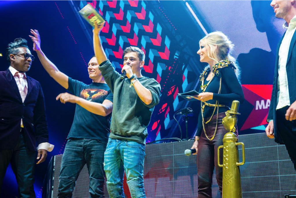 Martin Garrix premiato da Tiesto come nuovo dj #1 al mondo. Pic by https://www.instagram.com/djmagofficial/